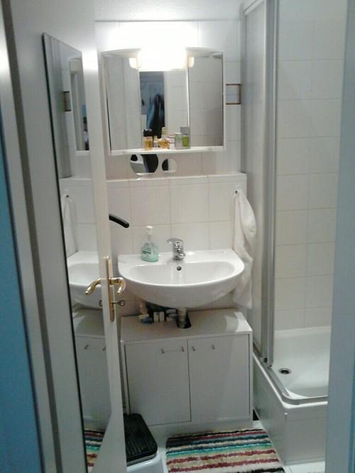 Mir Ist Das Zu Trostlos In Dem Weiß. Ich Kann Aber Die Fliesen Und Die  Sanitäranlge Nicht Verändern. Habt Ihr Gute Und Einfache Tipps?