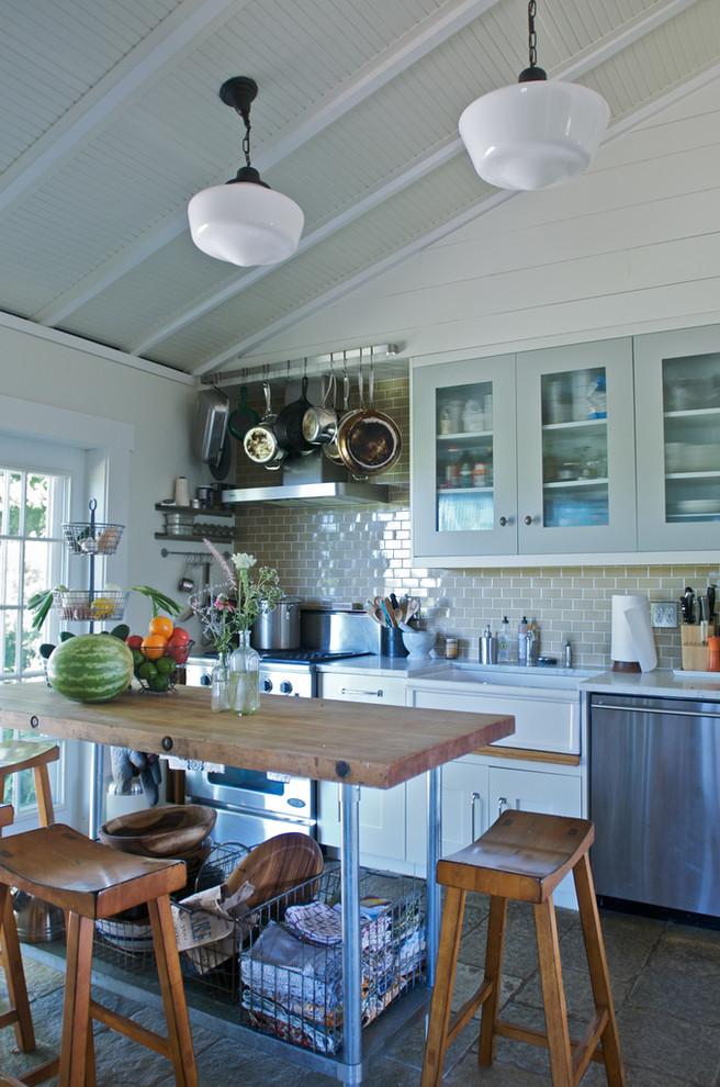 Home design - farmhouse home design idea in Chicago