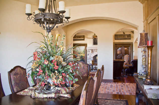 Example of a mountain style home design design in Austin