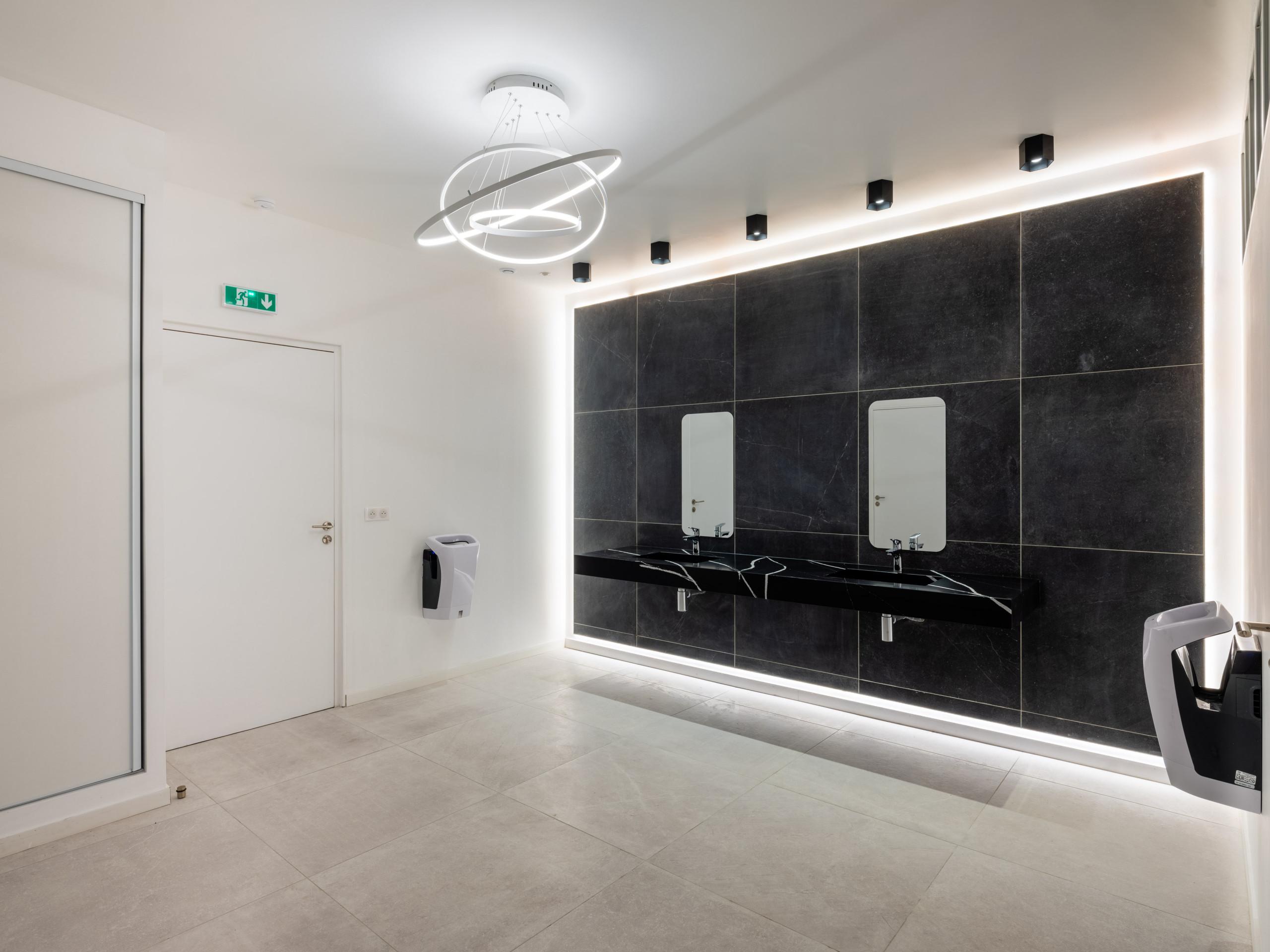 Transformation d'un bureau en sanitaires PMR