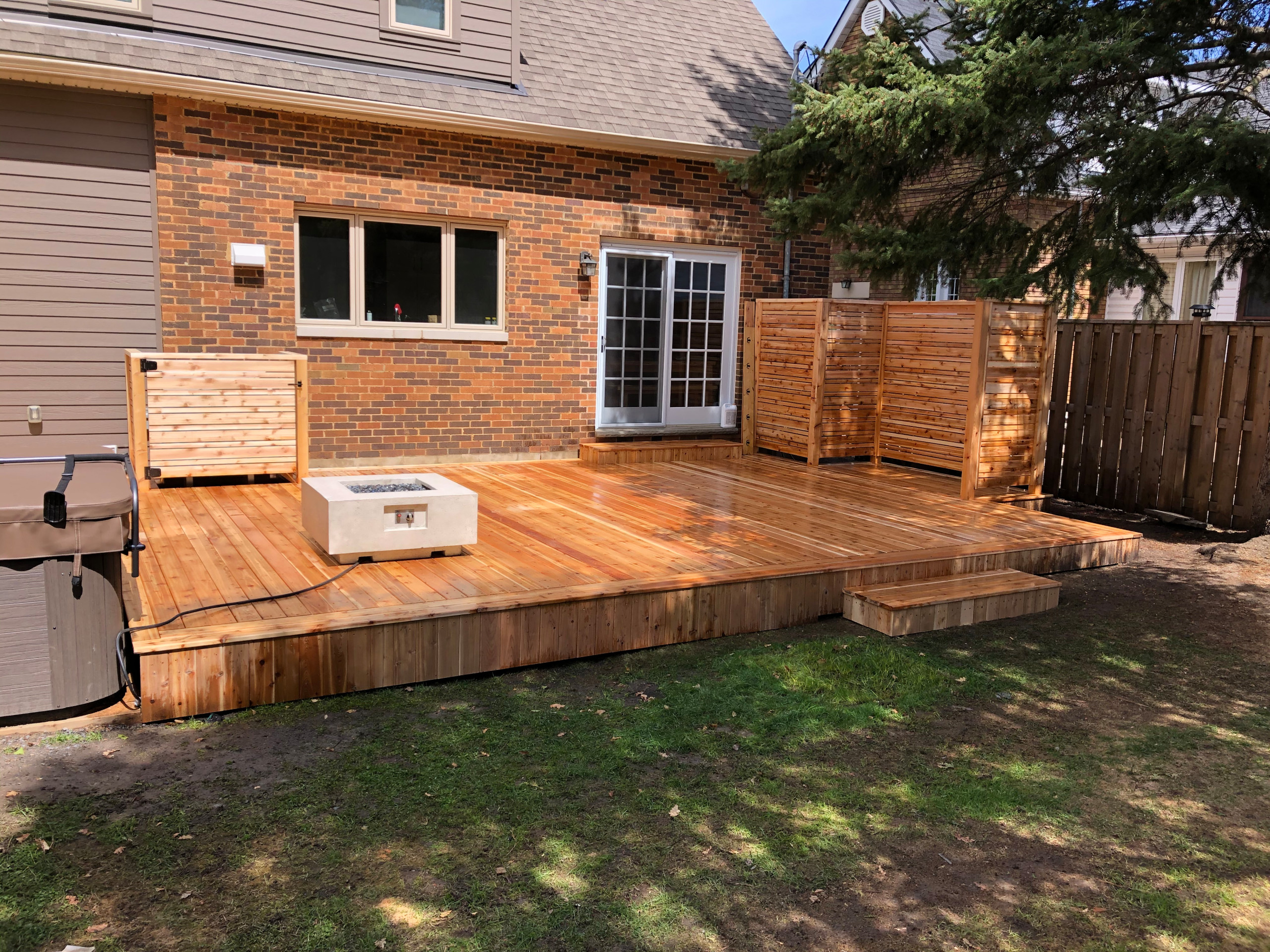 red cedar deck with horizontal privacy screens