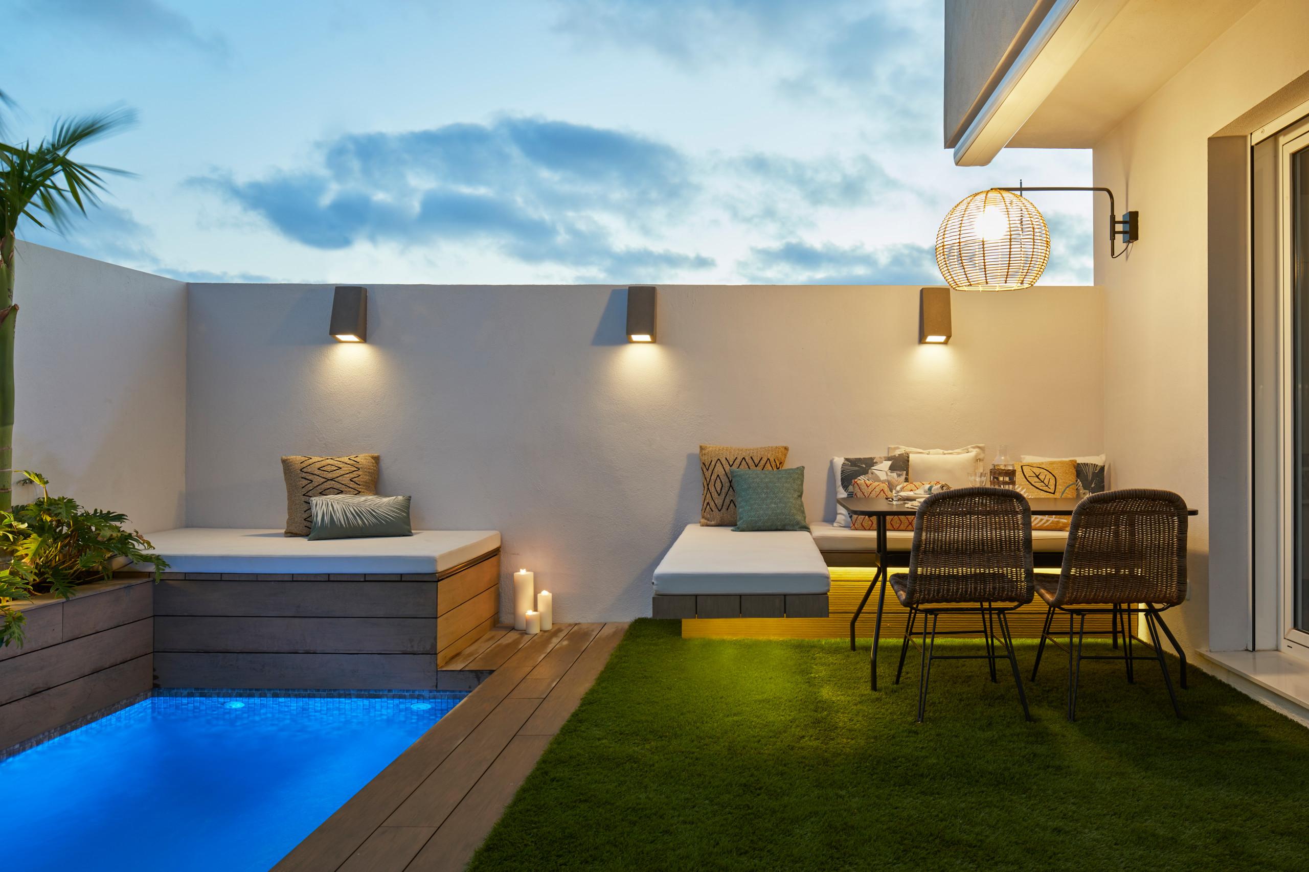 Vista de la terraza con zona de comedor y piscina
