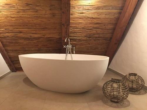 Holz im Badezimmer – Experten-Tipps zu Einbau und Pflege