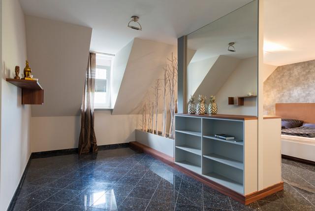 Modernes Schlafzimmer mit Raumteiler und Ankleide - Modern ...