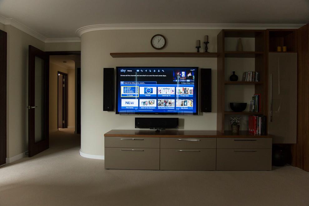 Home design - mid-sized contemporary home design idea in London