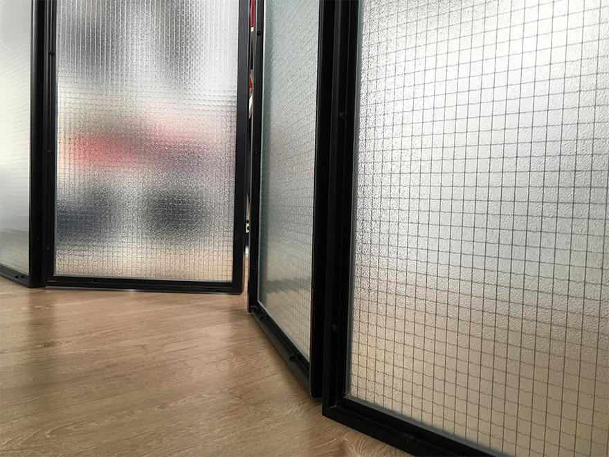 Detalle de la mampara divisoria del vestidor