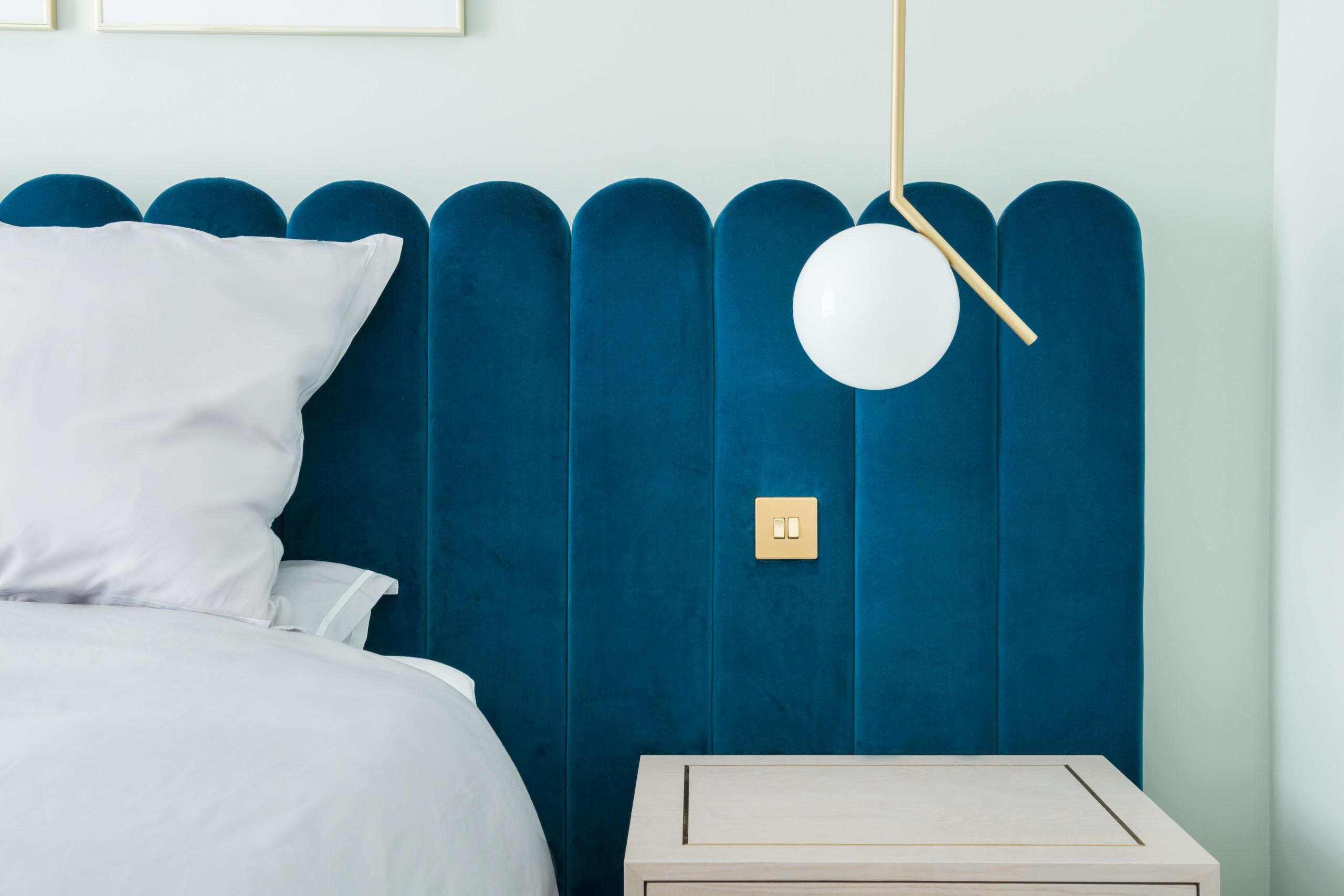 Blu velvet and brass details