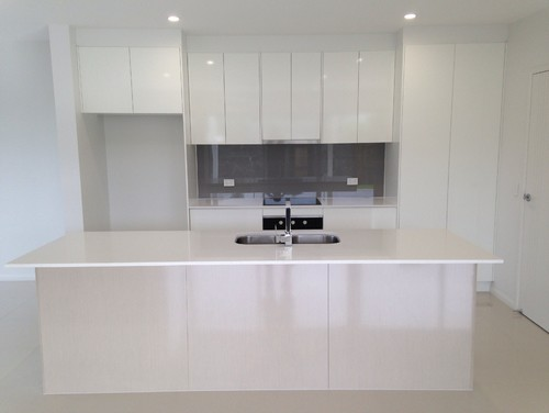 Serenity circuit, Maroochydore kitchenFormica snowdrift gloss doors/panelsSilestone blanco maple ...