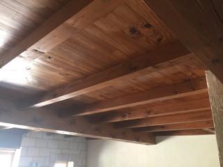 pour ou contre peindre ou claircir un plafond en poutres. Black Bedroom Furniture Sets. Home Design Ideas
