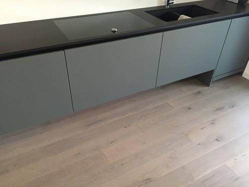 Quale tavolo su questa cucina grigia e nera?