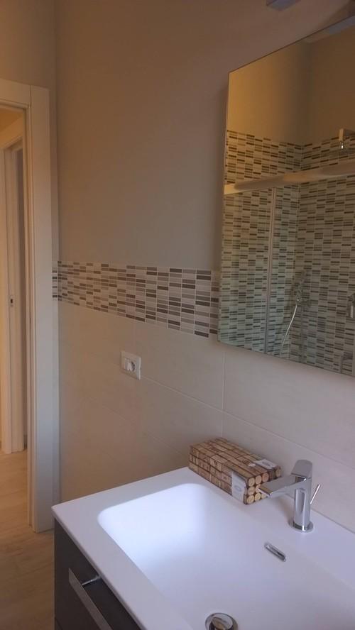 Abbinamento pavimento rivestimento bagno - Bagno con greca ...