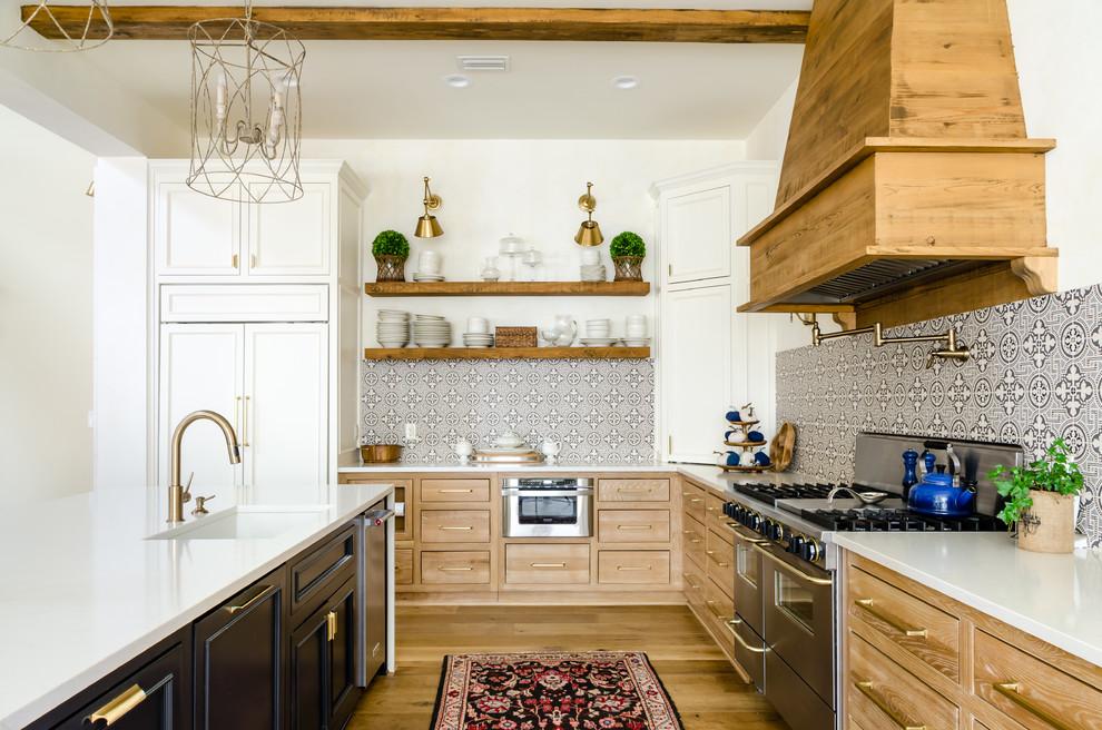Cottage home design photo in Miami