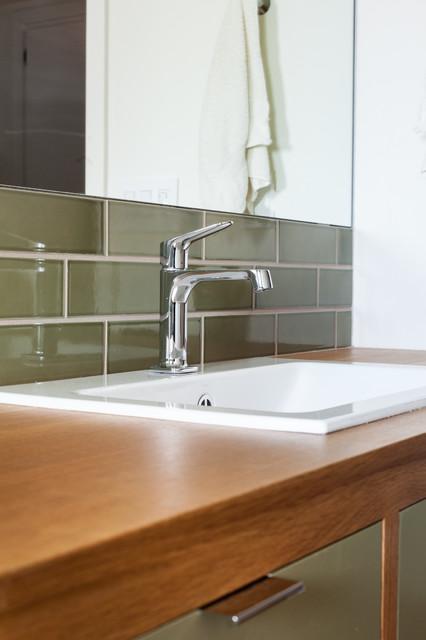 Bathroom remodels moderno sacramento di kat alves for Idee di veranda posteriore per case in stile ranch