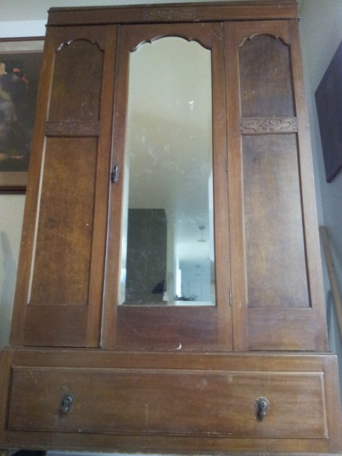 Incroyable Red Oak English Armoire