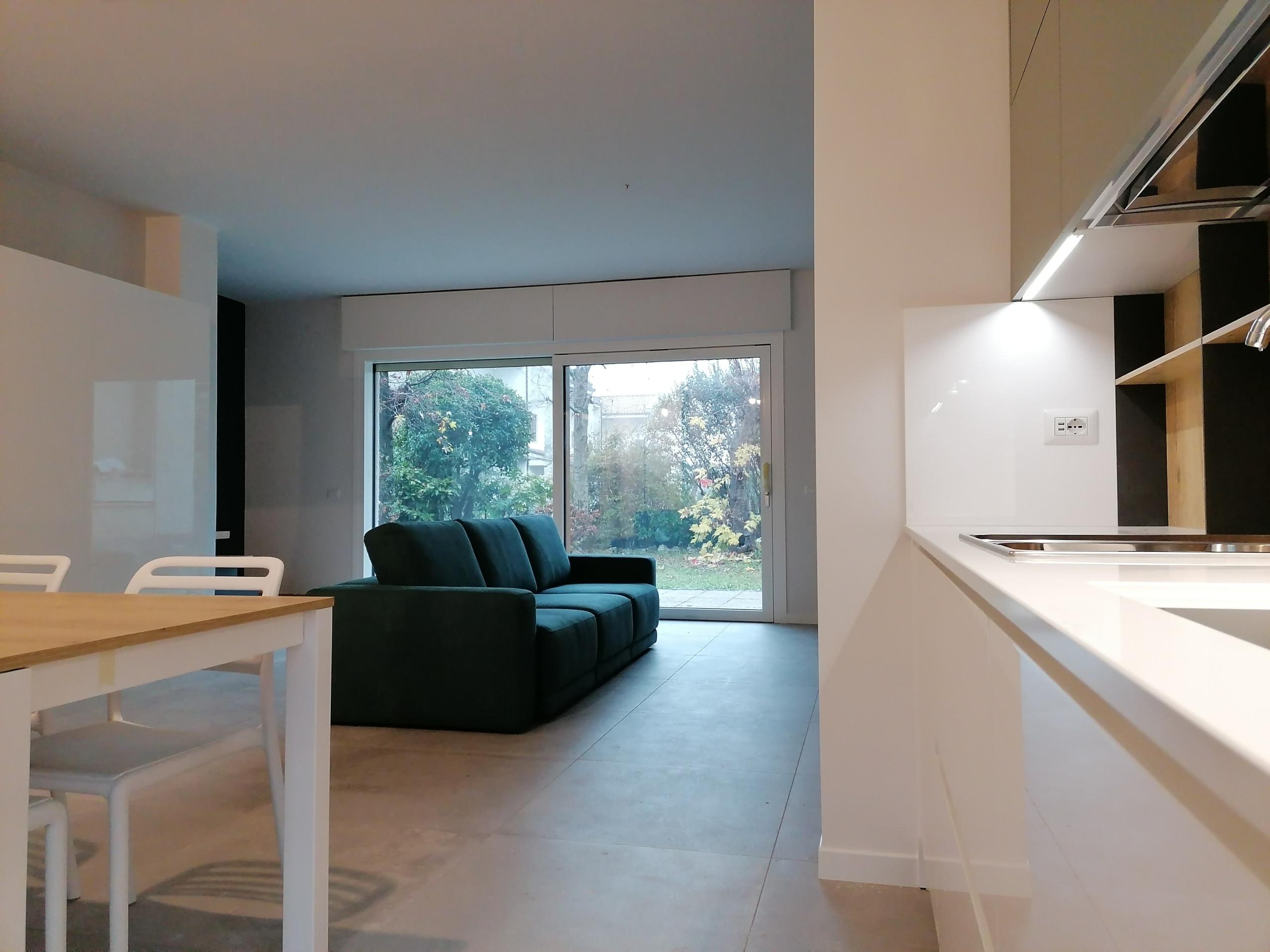 Vista dalla cucina verso il soggiorno ed il giardino_Lavori in corso