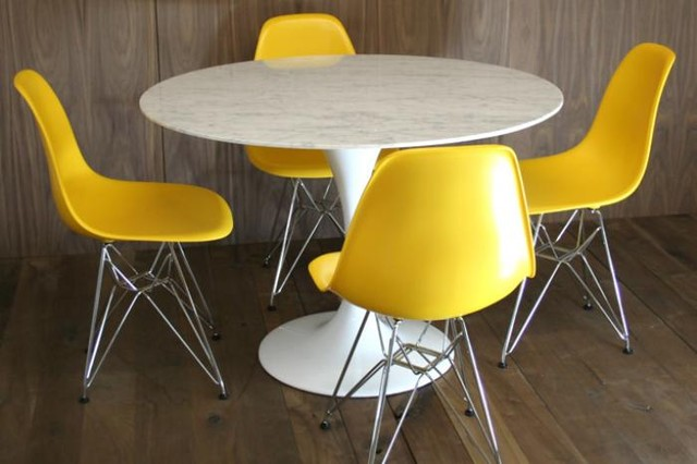 marble saarinen style tulip dining table and bucket chairs