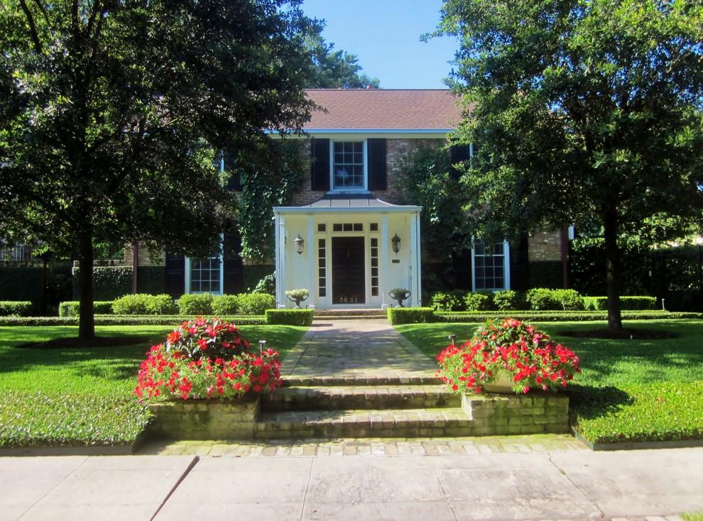 Elegant home design photo in Houston