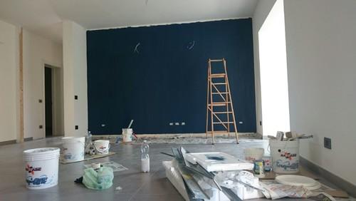 Colore dei mobili in un living con parete indaco