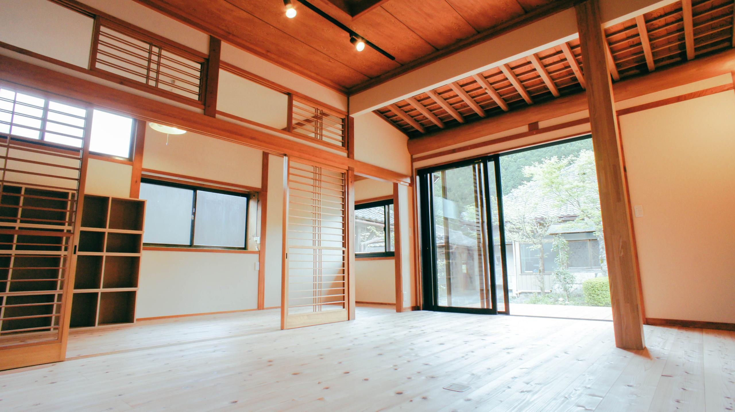 断熱効果を高めた空間と自然塗料のワックスを使用した床板