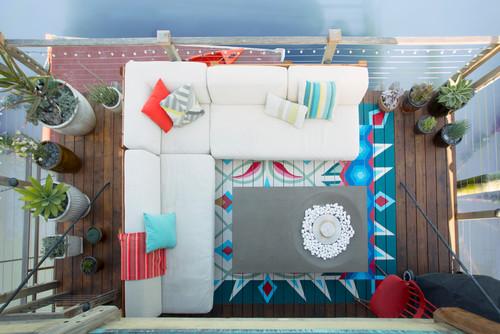 faux tapis coloré en peinture sur terrasse