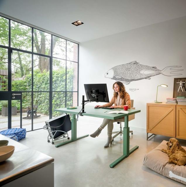 homeoffice mit h henverstellbarem schreibtisch und monitorarm. Black Bedroom Furniture Sets. Home Design Ideas