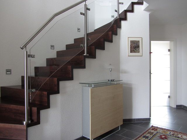modere treppe aus bebeizter buche mit edelstahl glas gel nder. Black Bedroom Furniture Sets. Home Design Ideas