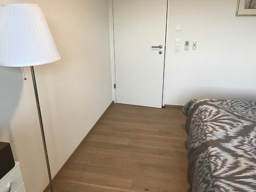 Platz Zwischen Das Bett Und Die Wand Gegenüber Ist Etwa 1.5m (nicht Viel).  Die Eingangstür Und Die Tür Zum Garten Sind Am Gleichem Seite Des Zimmer.