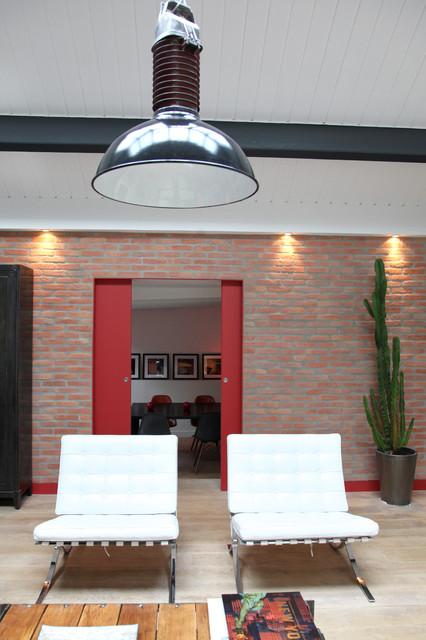 sur l vation de maison avec toit terrasse industrial family room paris by myhomedesign. Black Bedroom Furniture Sets. Home Design Ideas