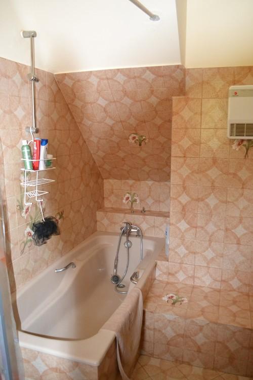 refaire une salle de bain dont la baignoire est sous un escalier. Black Bedroom Furniture Sets. Home Design Ideas