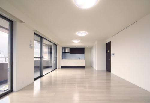 白の壁紙を基調にしたマンションの施工事例