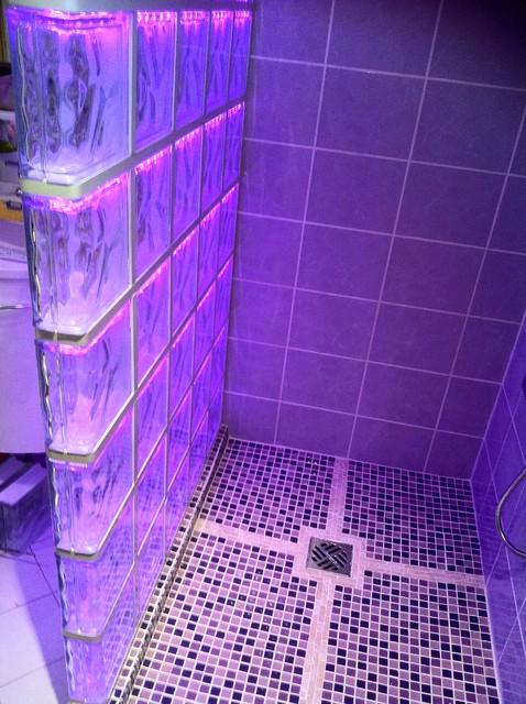 Cabine de douche en briques de verre avec un clairage par led - Comment monter une cloison en brique de verre ...