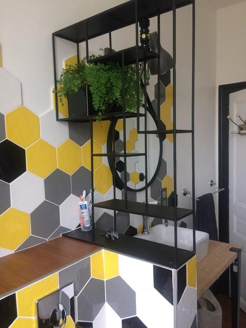 Inspiration pour une salle de bain principale vintage de taille moyenne avec une baignoire sur pieds, un combiné douche/baignoire, un WC suspendu, un carrelage jaune, des carreaux de céramique, un mur jaune, un sol en bambou, une vasque et un plan de toilette en bois.