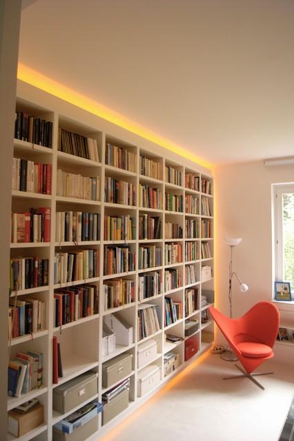 Beleuchtetes Bücherregal