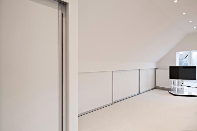 geschlossener schrank im kniestock modern sonstige von stefan kornmeier innenausbau. Black Bedroom Furniture Sets. Home Design Ideas