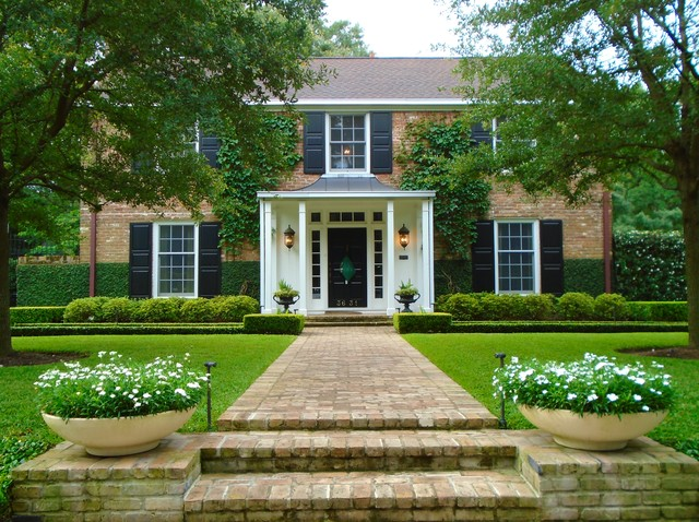 Example of a classic home design design in Houston