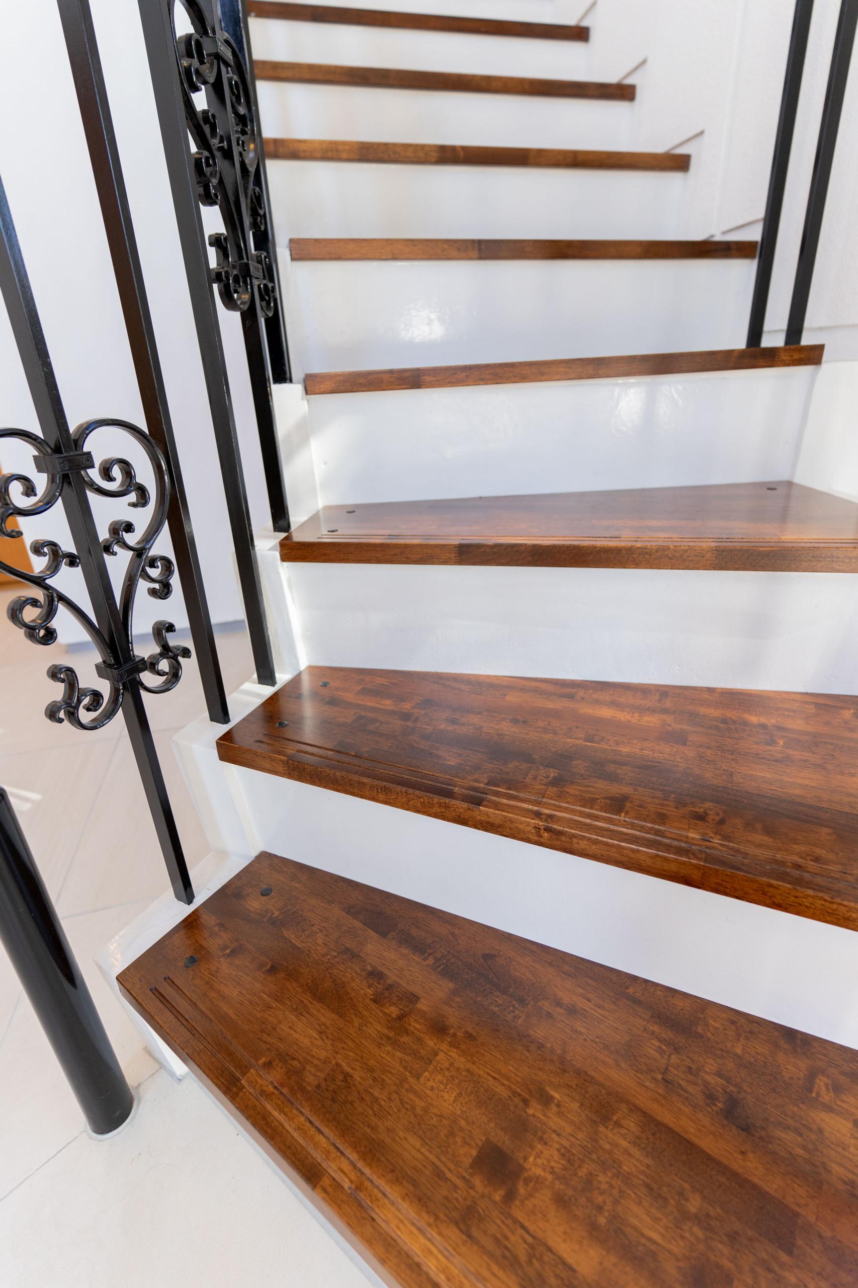 白を基調とした邸宅(玄関・階段)
