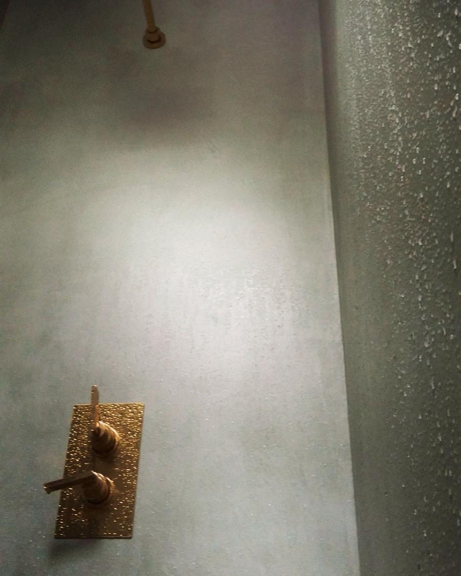 """Enduit décoratif lissé """"écume"""" sur les murs d'une douche"""