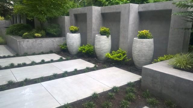 modern backyard terrasse mit wasserfall bank pflanzk sten und treppe. Black Bedroom Furniture Sets. Home Design Ideas