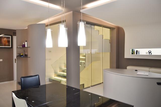 Soggiorno con controsoffitti luminosi e scala in vetro con ...