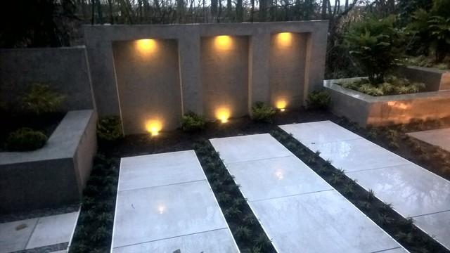 modern backyard, Terrasse mit Wasserfall, Bank, Pflanzkästen und ...