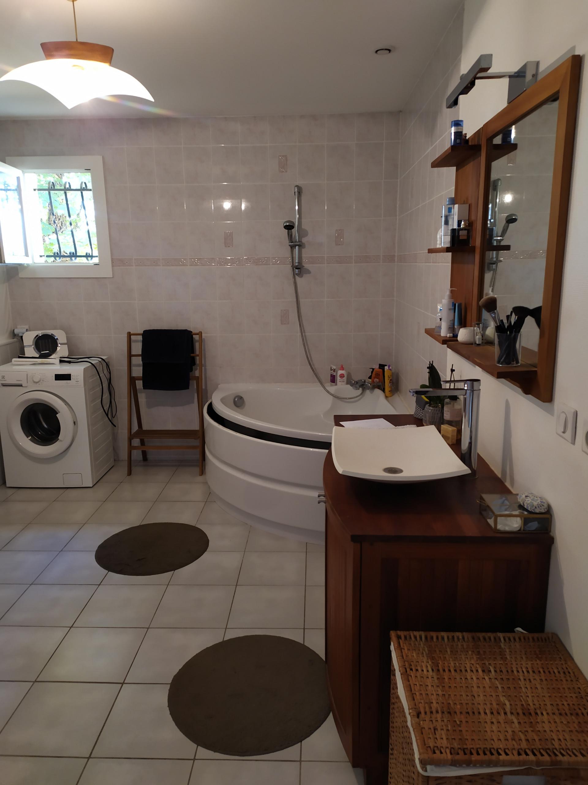 Aménagement d'une salle de bain avec WC séparé et réaménagement des couloirs