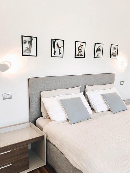 Immagine di una camera da letto contemporanea