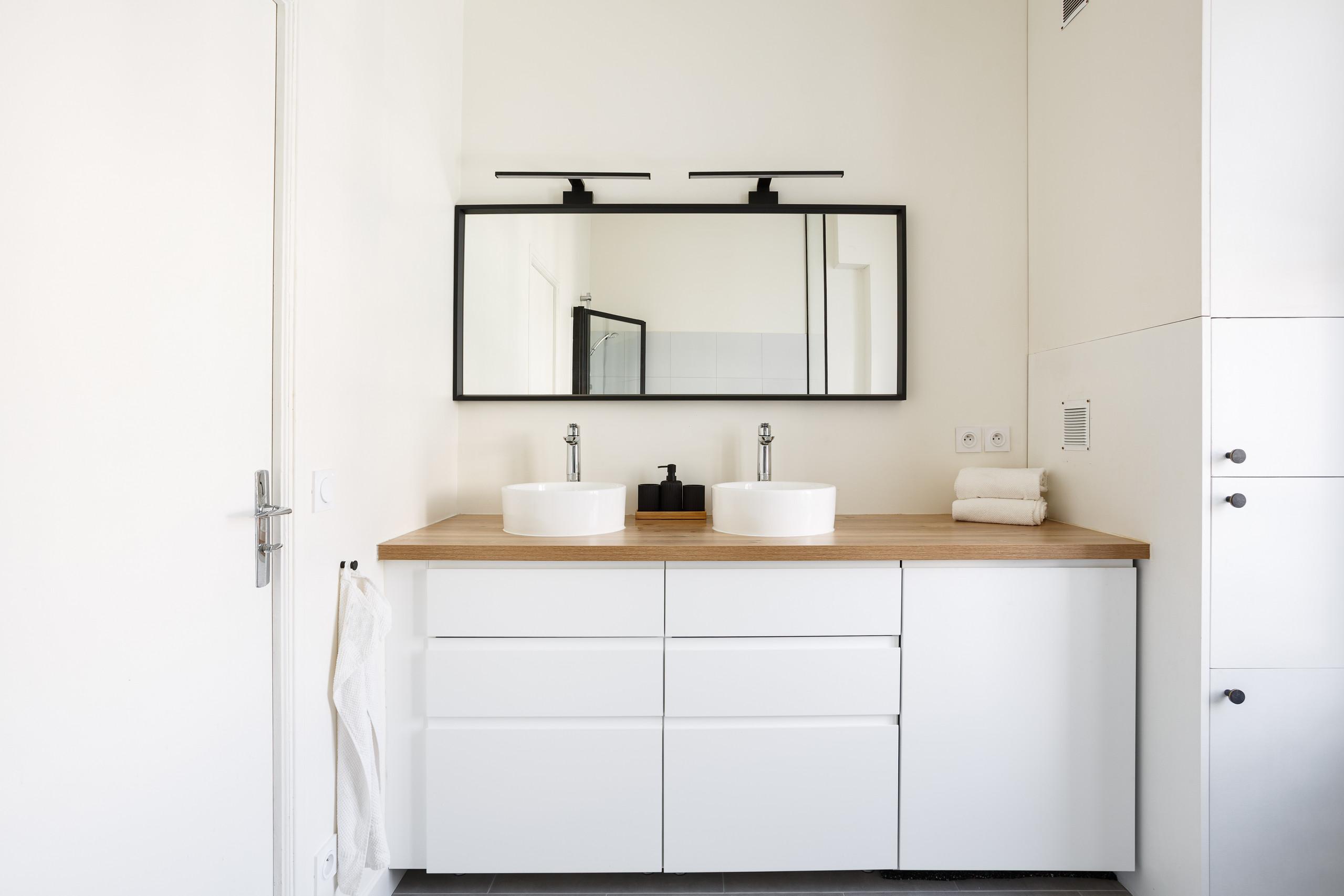 Un meuble vasque réalisé à l'aide de modules de cuisine