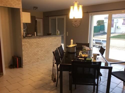 comment cr er un espace de vie entre la cuisine et le salon. Black Bedroom Furniture Sets. Home Design Ideas