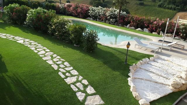 Giardino in erba sintetica villa con piscina in campagna