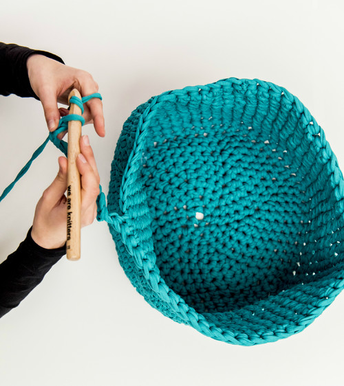 cesto trapillo azul de we are knitters pasion por la lana diariodesign