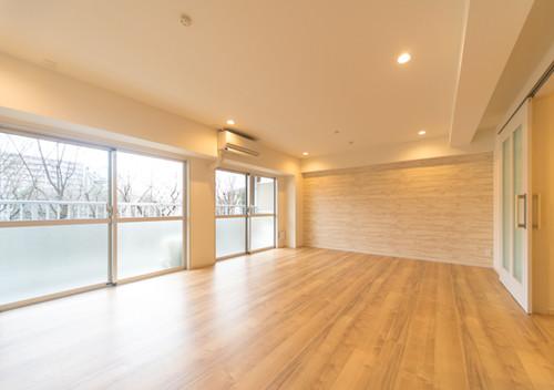 木目の壁紙を使った賃貸マンションのリフォーム事例