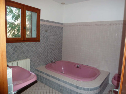 help 80s pink bathroom drama