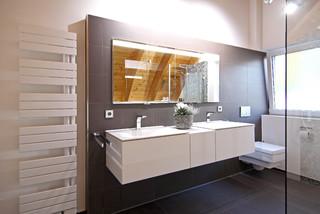 Der Spiegelschrank Wurde Bundig In Die Wand Eingelassen Modern