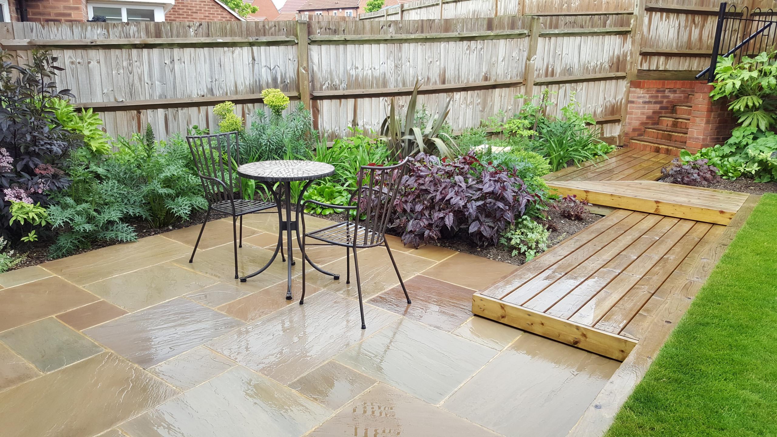 Appledown contemporary garden